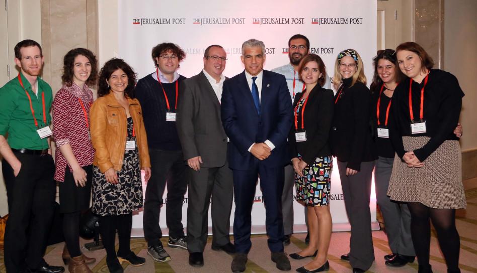 יאיר לפיד וחברים מקהילת ROI – קרן שוסטרמן שהגיעו לוועידת הדיפלומטים