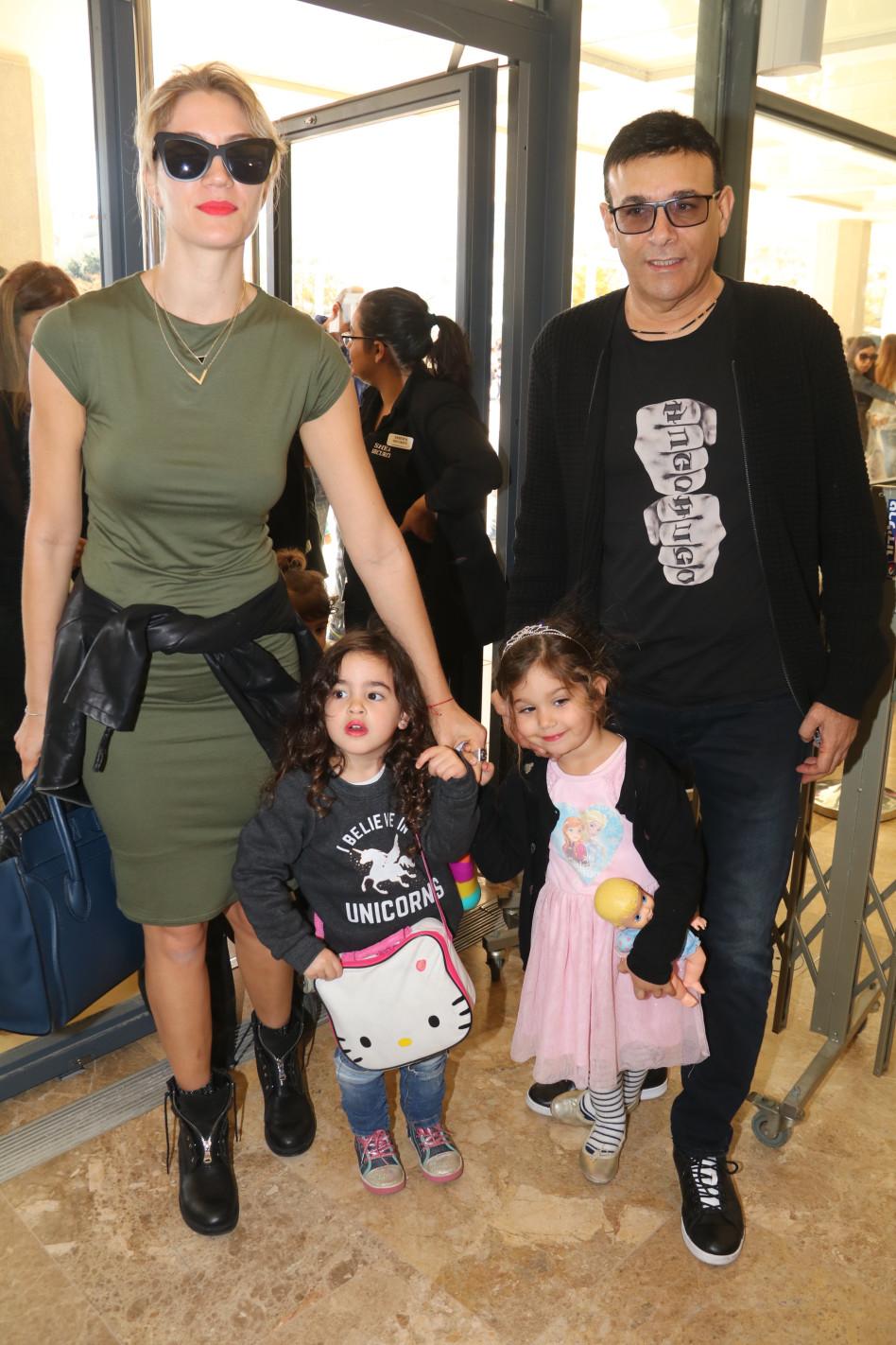 משפחה בסטייל. רוני מאנה ג'ני צ'רוואני והילדים