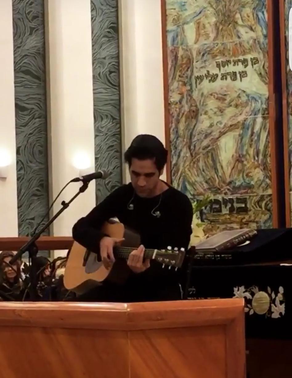 מנגן ושר בחסות האל