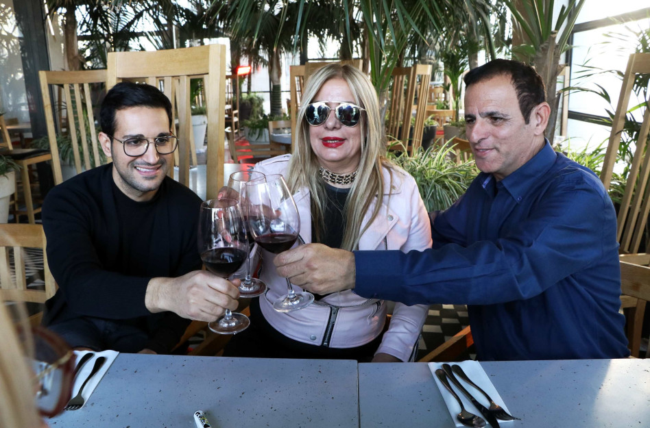 מרימים כוס יין