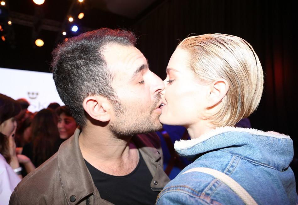 וגם נשיקות