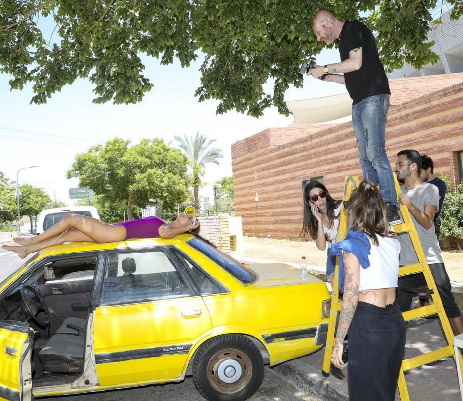 מי אמר שהעבודה קלה? נטע אלחמיסטר על גג הרכב