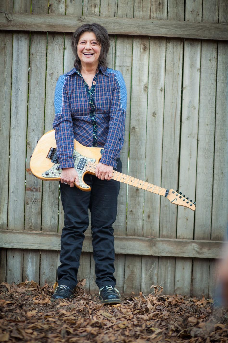 רק אני והגיטרה. קורין אלאל (צילום: אריק סולטן)