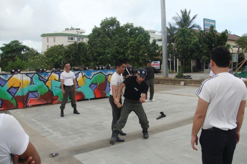 נתי חדד מדריך שוטרים בתאילנד (צילום: אלבום המשפחה)