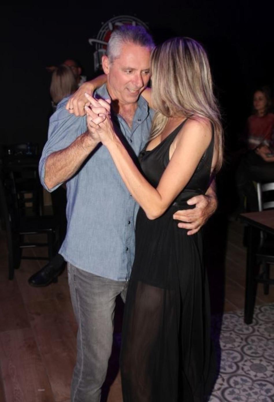 ריקוד רומנטי עם האישה של חייו