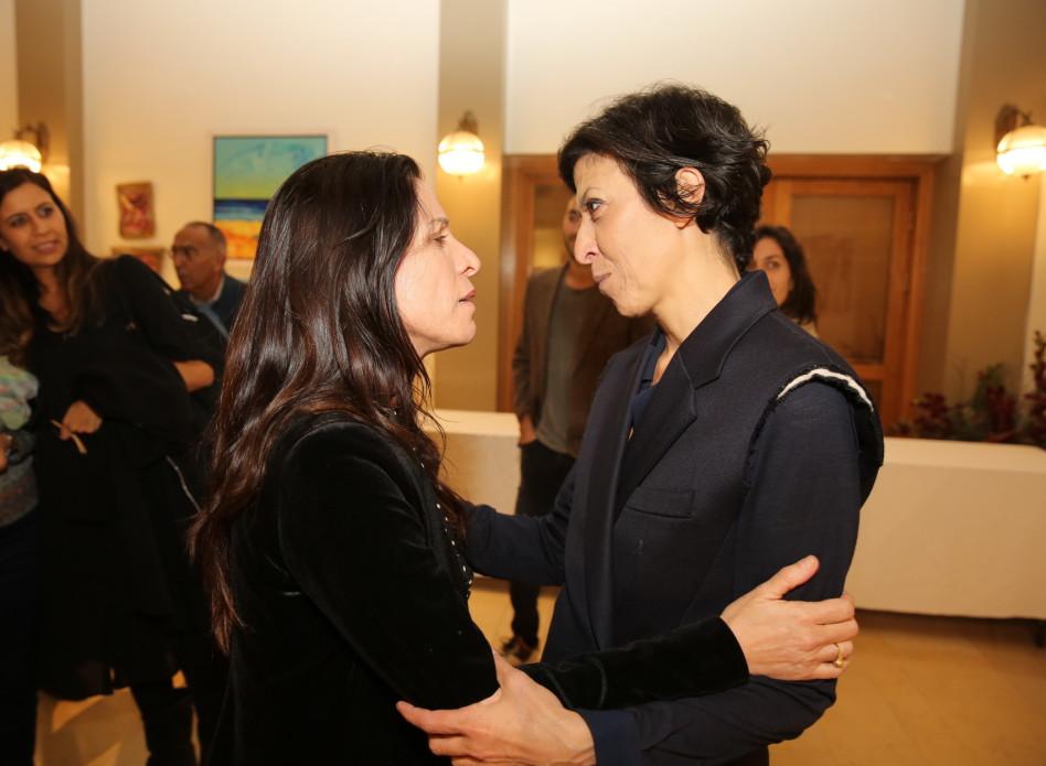 היא כן מקבלת חיבוק. אסי לוי ואורנה בנאי (צילום: איציק בירן)