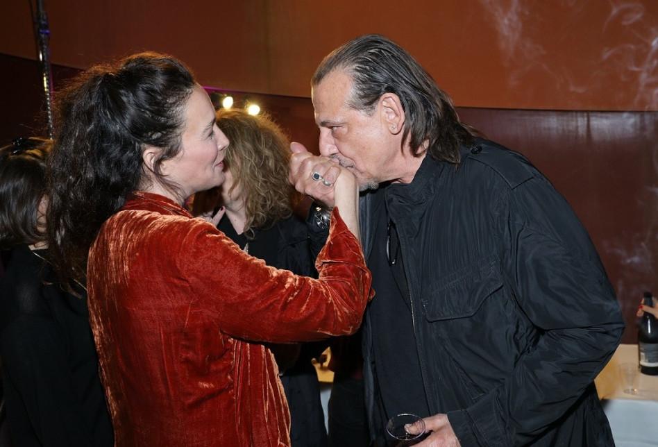 לא מדברים על נשיקה ביד. יעל אבקסיס ואבנר ישר (צילום: רפי דלויה)