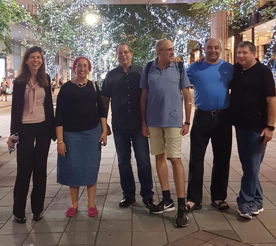 """גיא לשם מימין, אסתר דוד, שנייה משמאל, חברי המשפחת והמדענים מטאייוון. צילום: יח""""צ"""