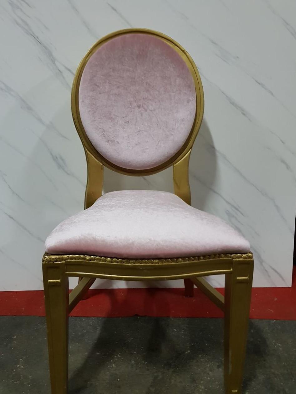 הכיסאות הורודים