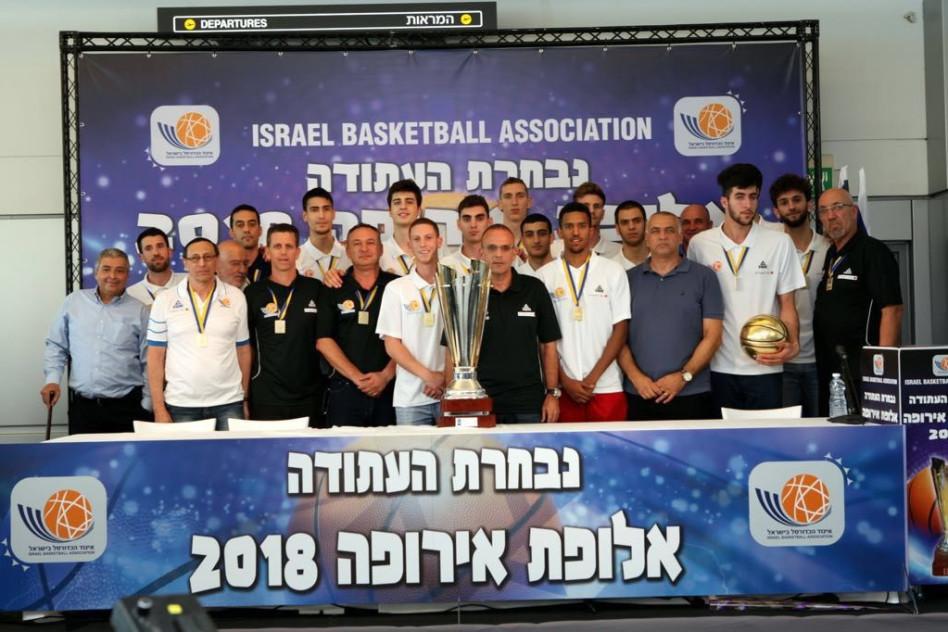 נבחרת ישראל ואריק פינטו משמאל (צילום: אביב גוטליב)