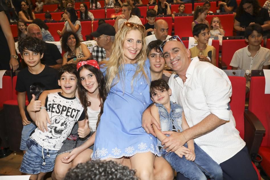 נוכחות מלאה. יובל המבולבל ומשפחתו (צילומים: רפי דלויה)
