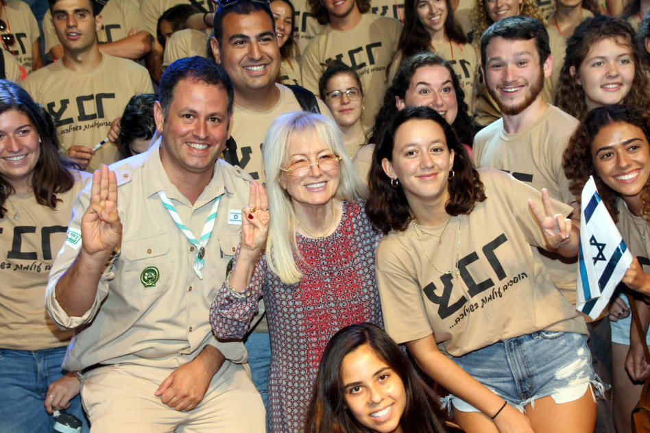 )מרים אדלסון ואלעד סנדרוביץ' והצעירים  (צילום: עמיר לביא