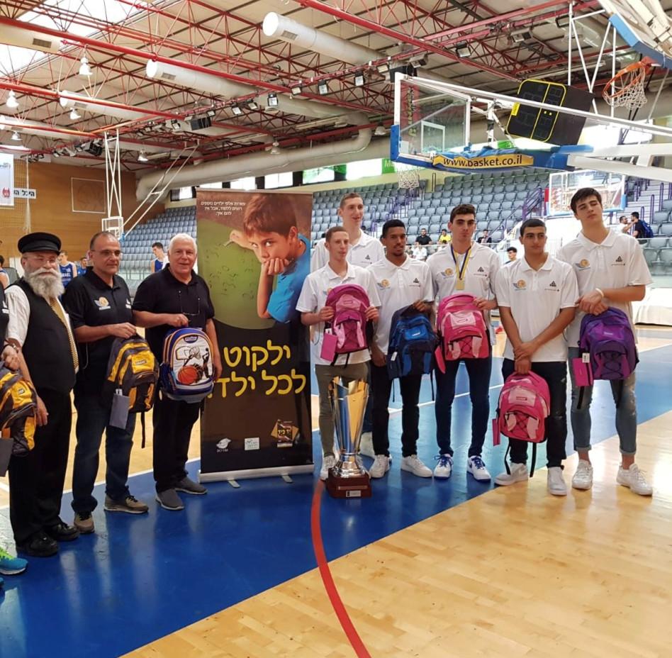 שחקני נבחרת הקדטים, פיני גרשון, אריאל בית הלחמי והרב יעקב גלויברמן (צילום: בנצי גלויברמן)