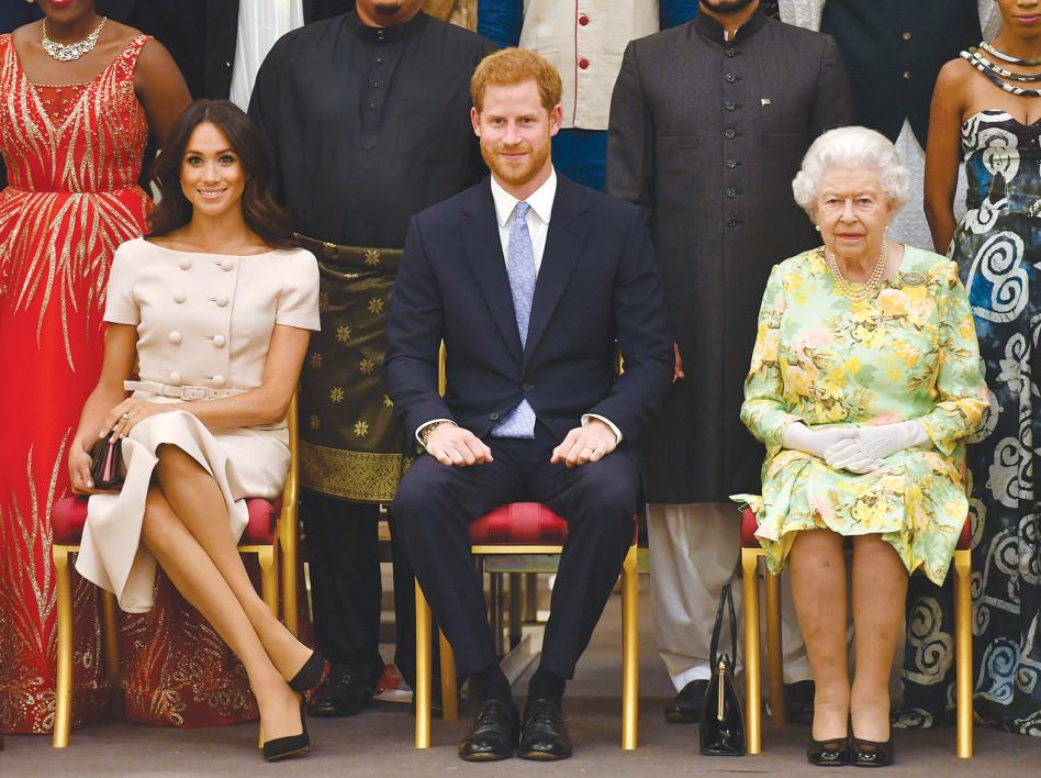 לא נעים מהמלכה, גם ככה היא לא מתה עלייך. המלכה, הארי ומייגן (צילום:AFP)