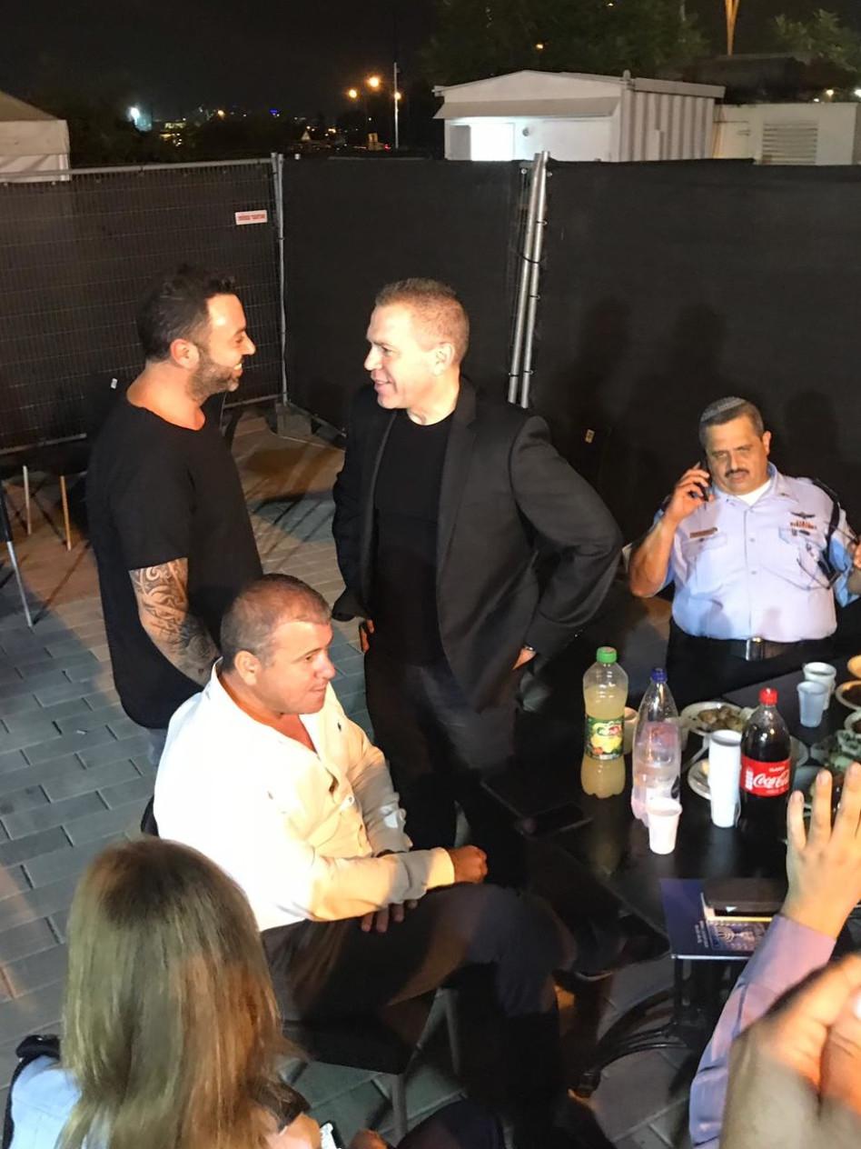 ליאור נרקיס מאחורי הקלעים עם גלעד ארדן (צילומים באדיבות עופר מנחם תקשורת)