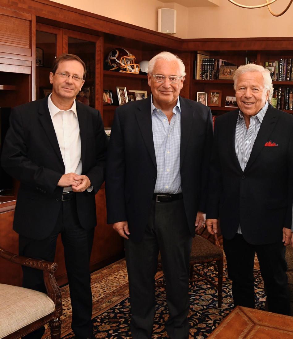 רוברט קראפט, השגריר דיוויד פרידמן, יצחק (בוז׳י) הרצוג (צילום: מתי שטרן, שגרירות ארה״ב ירושלים)