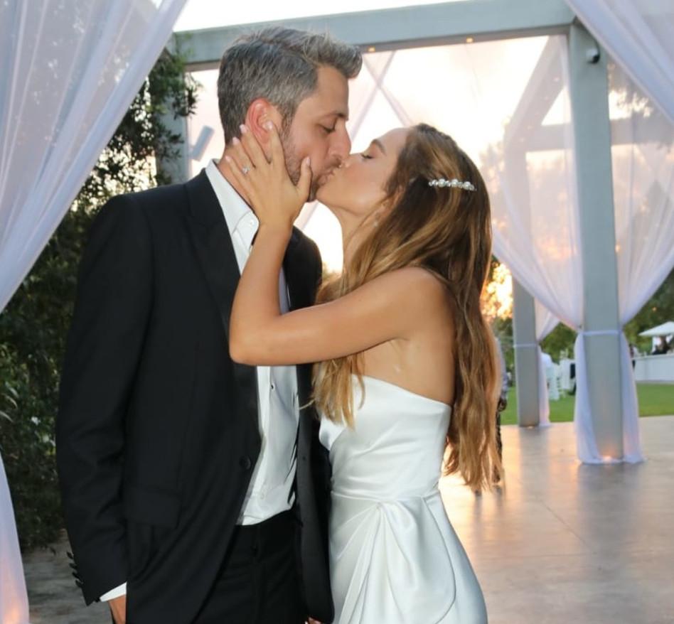 בהחלט מגיעה נשיקה. אגם רודברג ודור קרובינר ביום החתונה (צילום: אביב חופי)