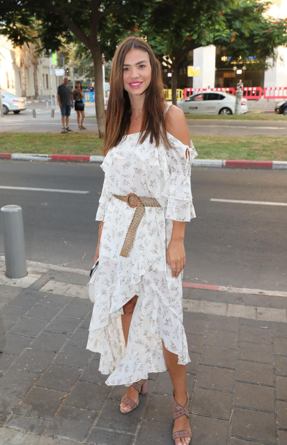בשמלה לבנה. רוסלנה רודינה