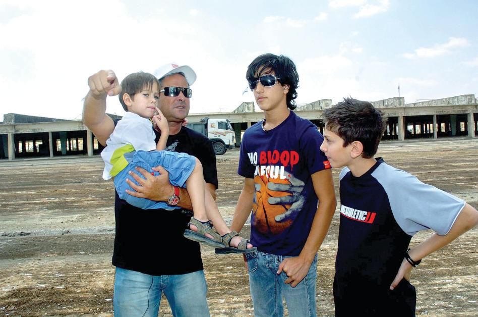 עם שלושת בניו. (צילום: דודו גרינשפן)
