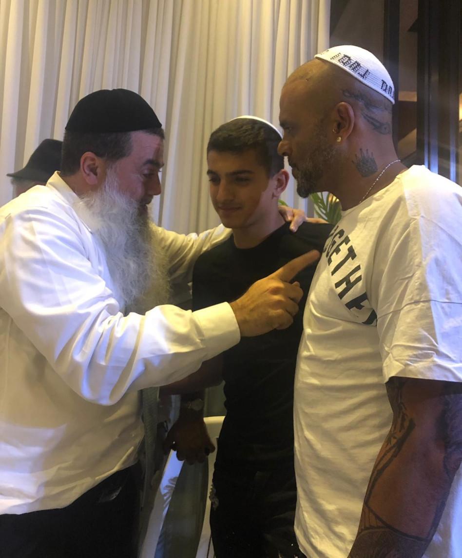 אייל גולן ובנו ליאם יחד עם הרב יגאל כהן (צילום: עדי לאון))