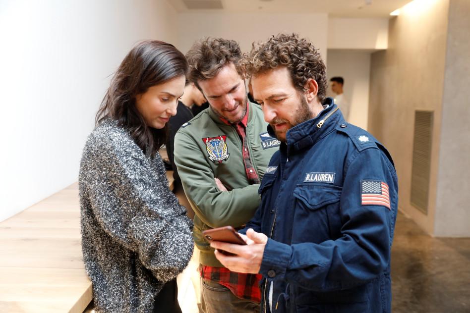 אורי פפר, אנחל בונני ויעל גולדמן. מראה להם תמונות מהחופשה (צילום: אלירן אביטל)