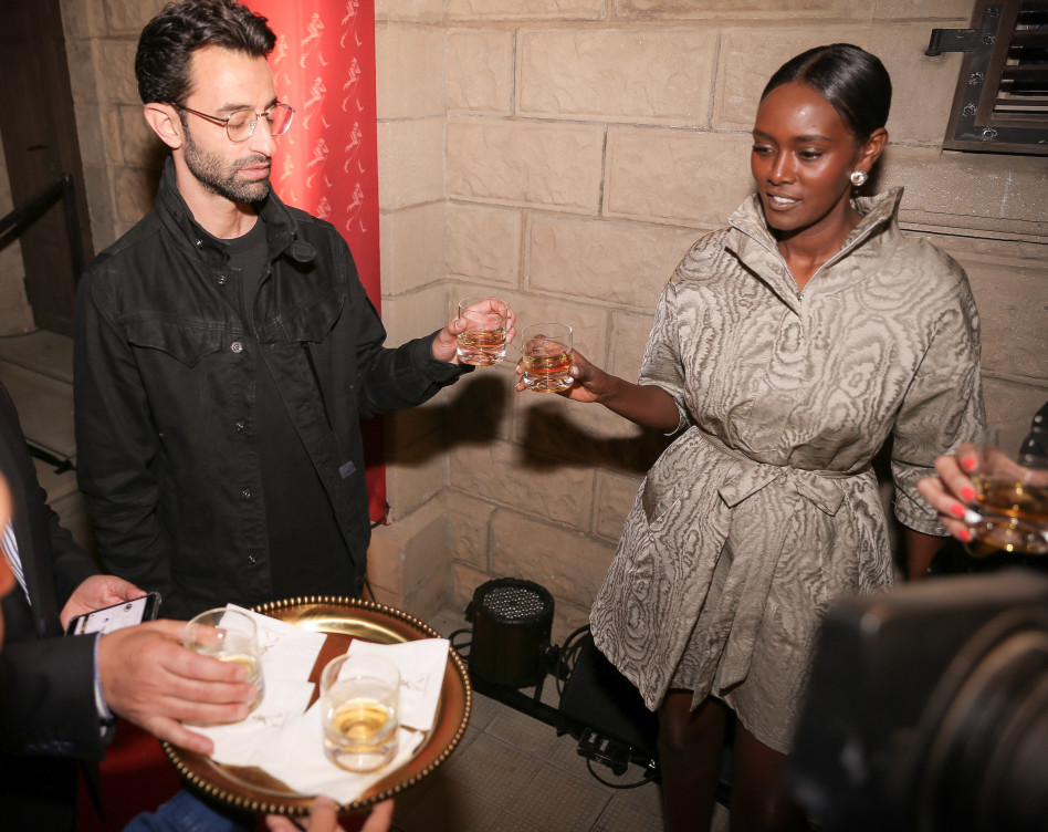 חוגגים את האירוסים (צילום: נוי ערקובי)