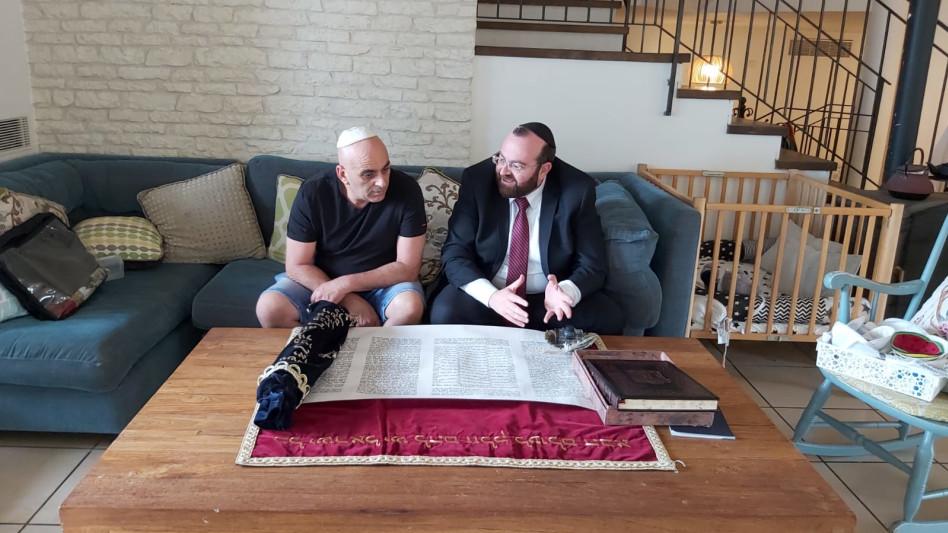 יובל המבולבל והרב דוד אברהם פרסמן (צילום: באדיבות איציק אוחנה כתב ברנזה)