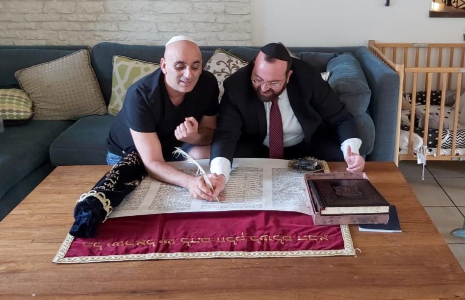 יובל המבולבל כותב בספר תורה (צילום: באדיבות איציק אוחנה כתב ברנז'ה)