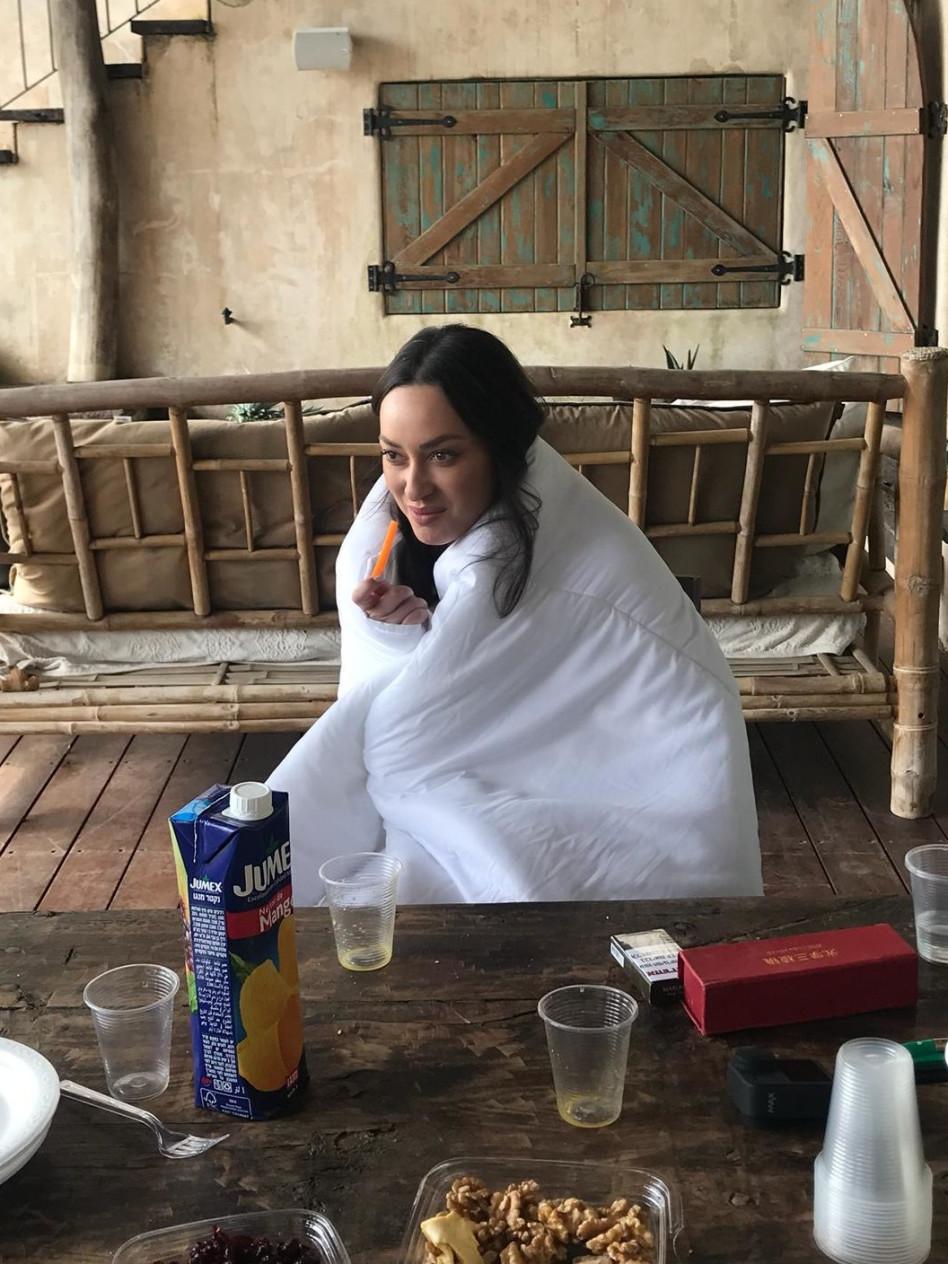 נחה בין הצילומים. אנה ארונוב (צילום: יח''צ)