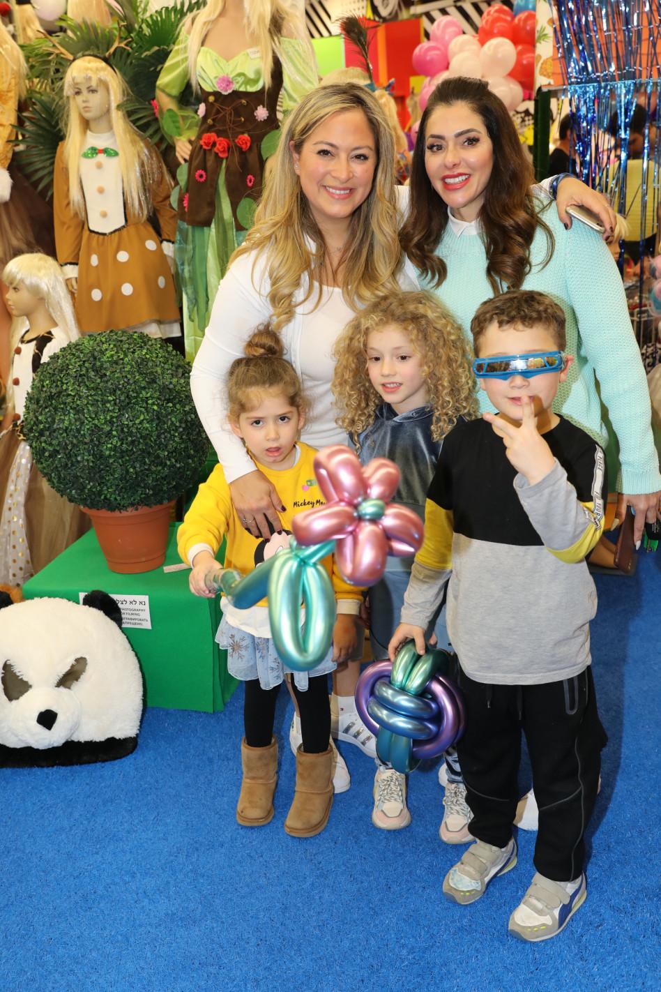 להיא ונעמה עם הילדים (צילום: רפי דלויה)