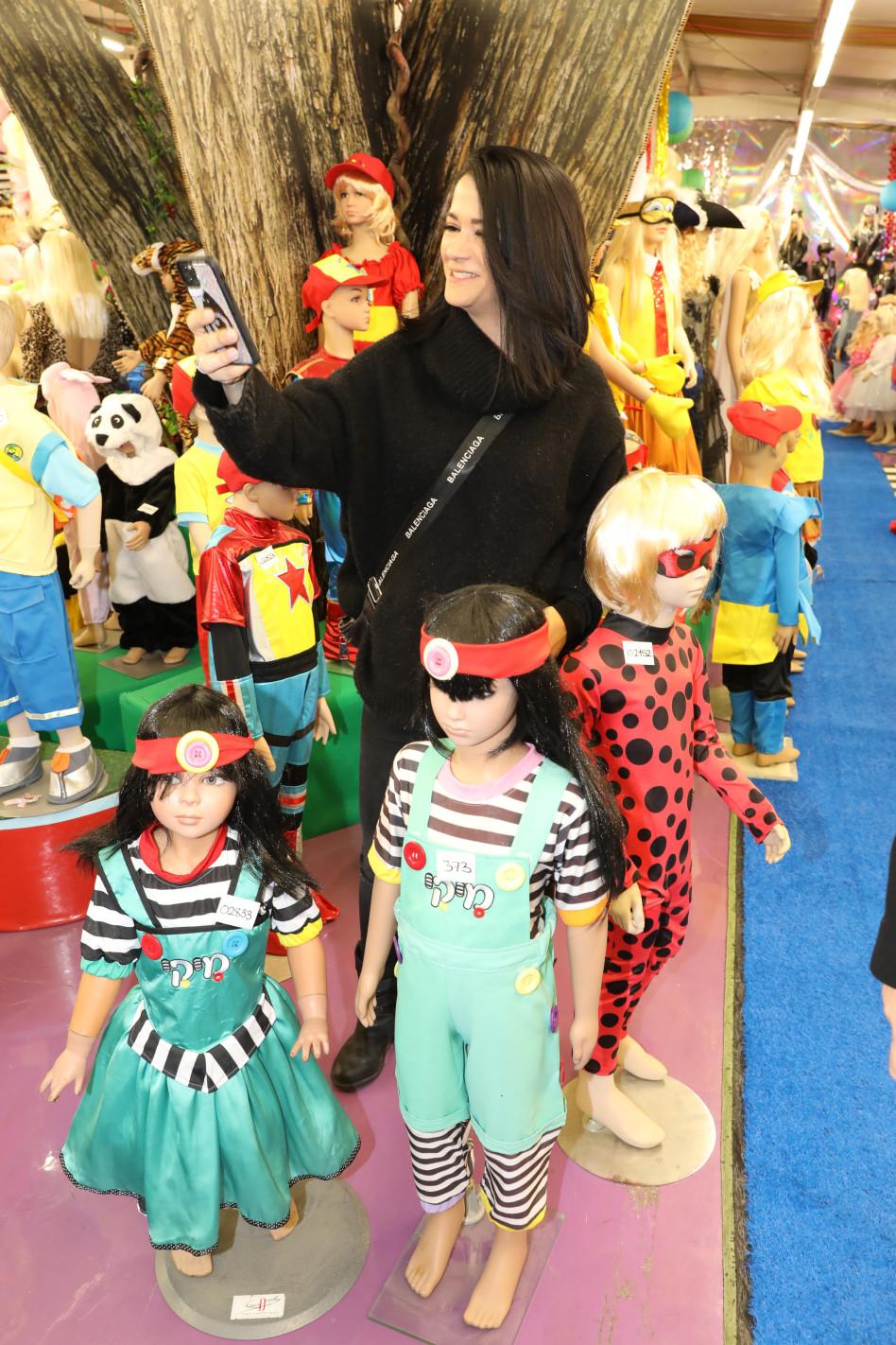 מיקי מוכתר והבובות (צילום: רפי דלויה)