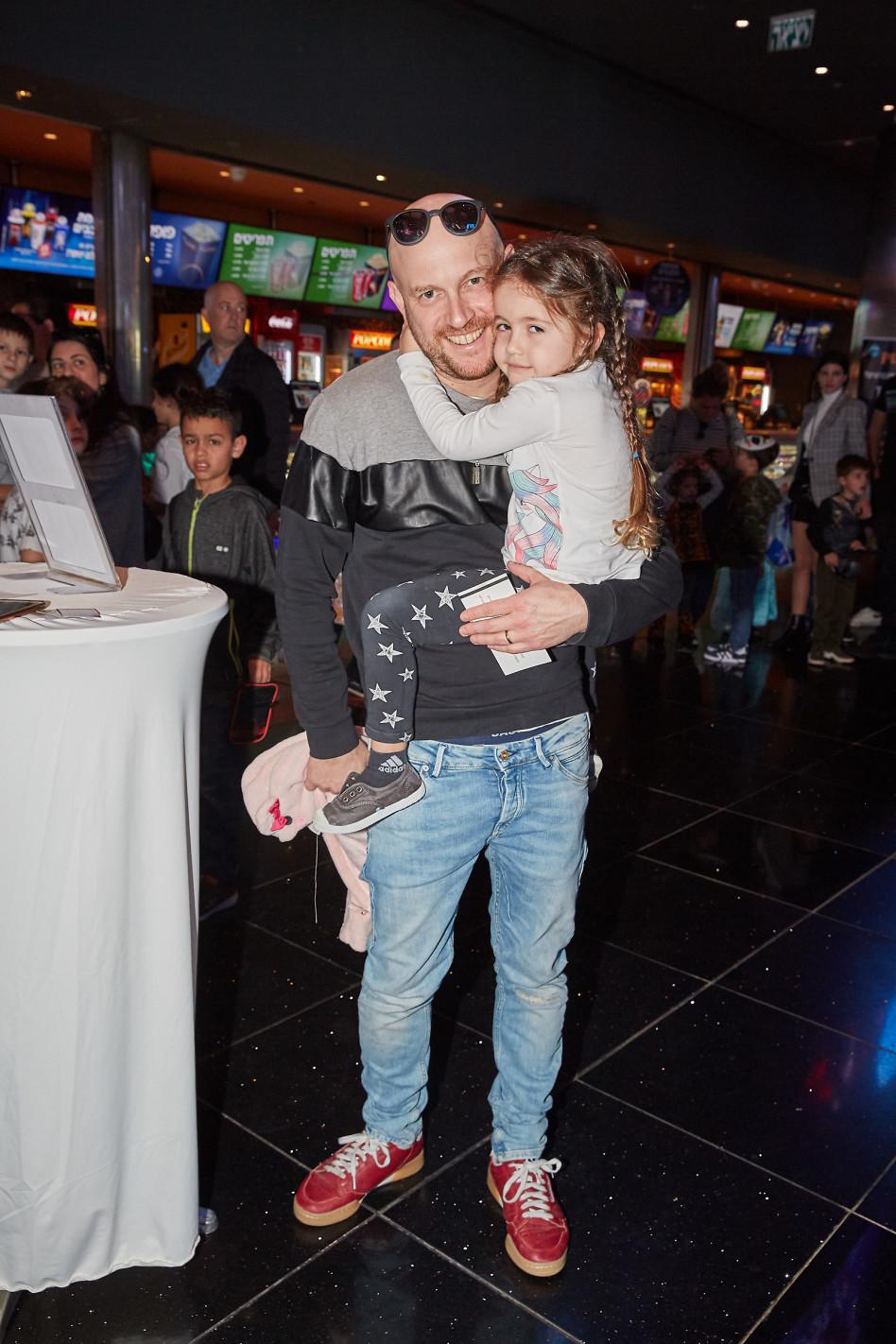 אבי נוסבאום והילדה (צילום: שוקה כהן)