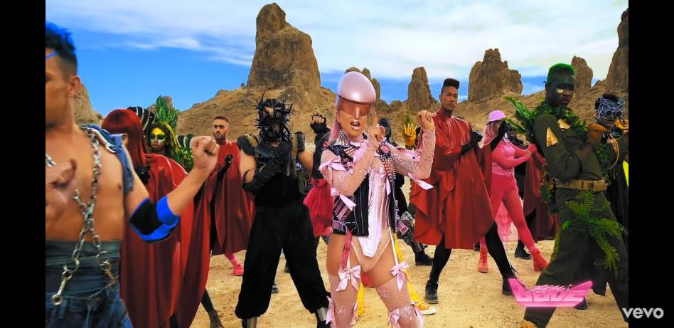ליידי גאגא באאוטפיט של פינס (צילום: צילום מסך יוטיוב)
