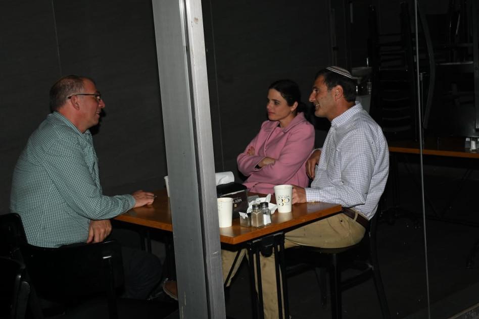 פגישת עבודה בצל הקורונה (צילום: אביב חופי)