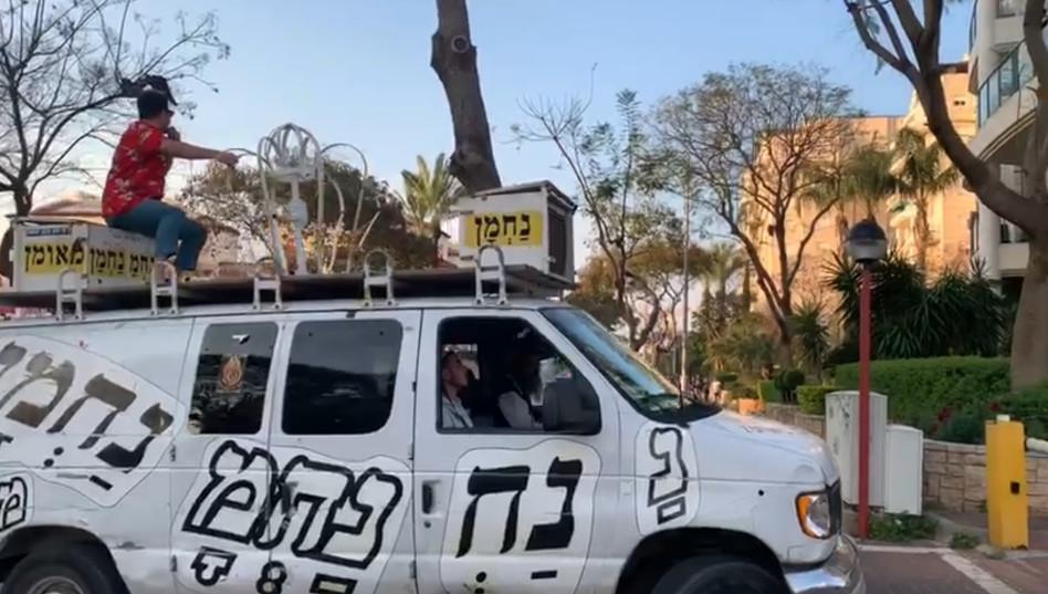 אביהו פנחסוב מבקר ברחבי ישראל (צילום: צילום מסך)