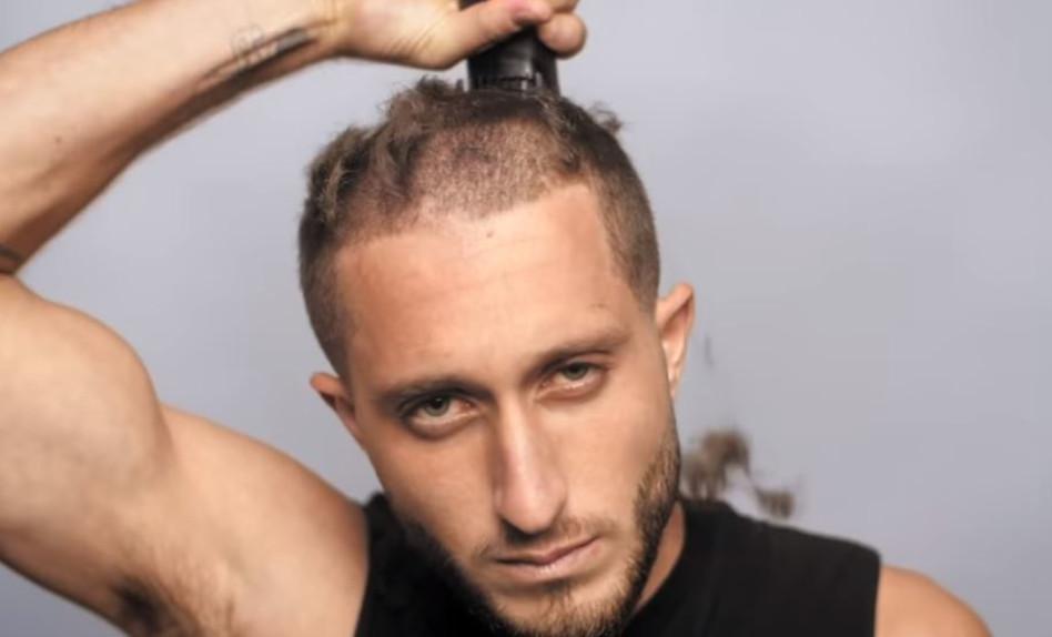 מגלח את ראשו (צילום: צילום מסך יוטיוב)