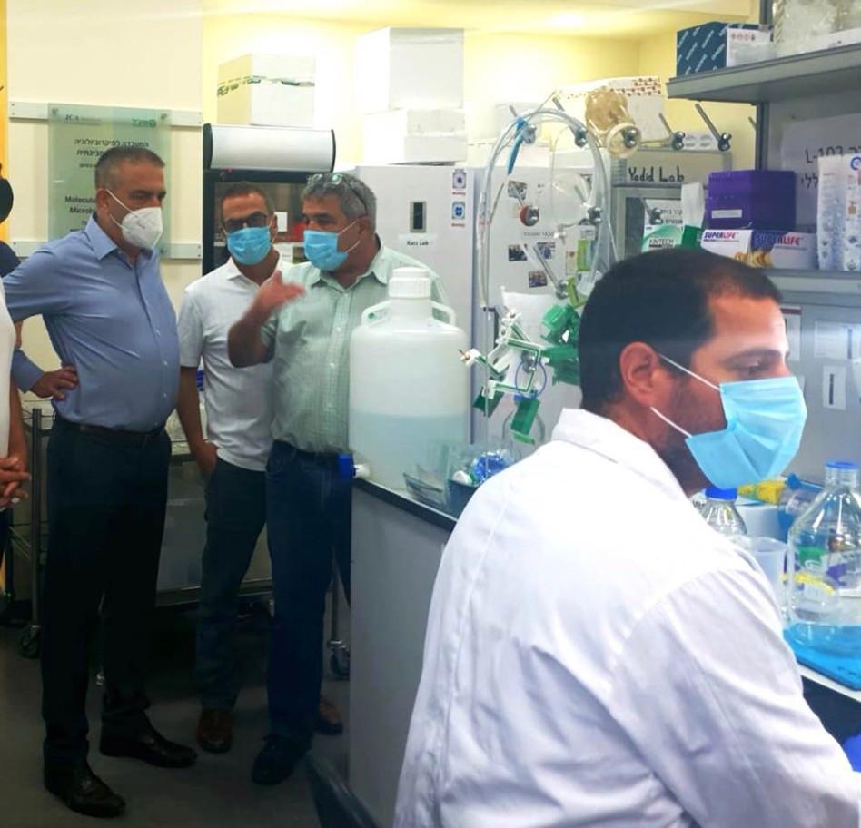 אייל מליס משמאל במעבדות מיגל (צילום:  גן התעשייה תל חי)