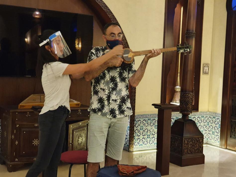 ישראל קטורזה לומד לנגן (צילום: פרטי)