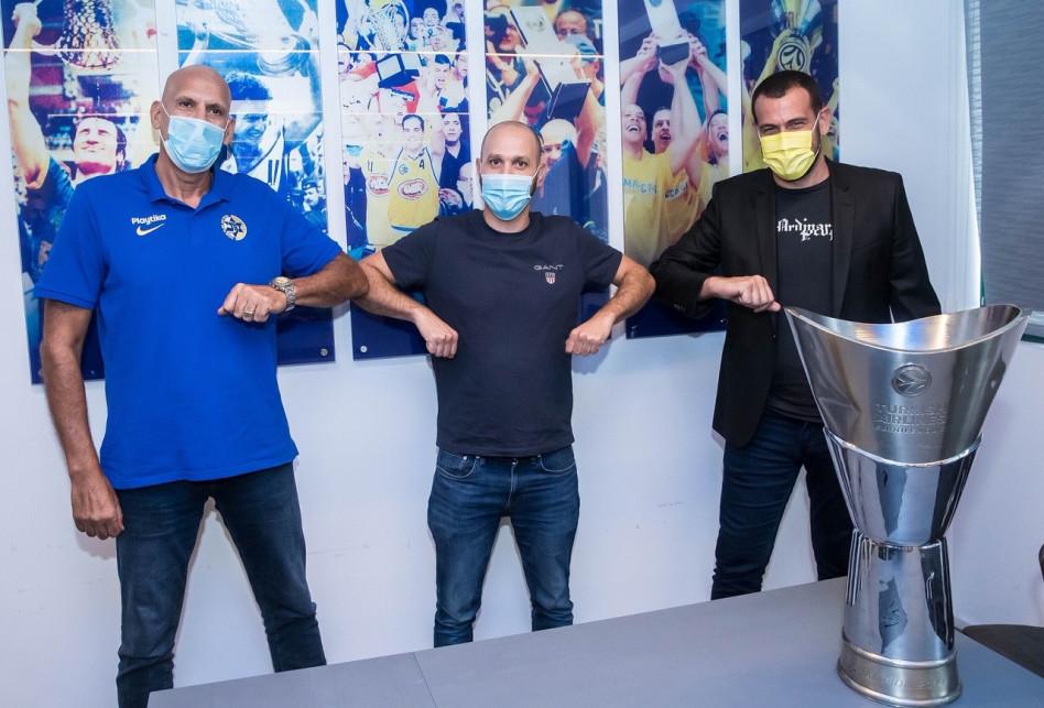 עדלי מרכוס, רועי אלבז ודורון ג'מצ'י (צילום: מכבי תל אביב, האפליקציה הרשמית)