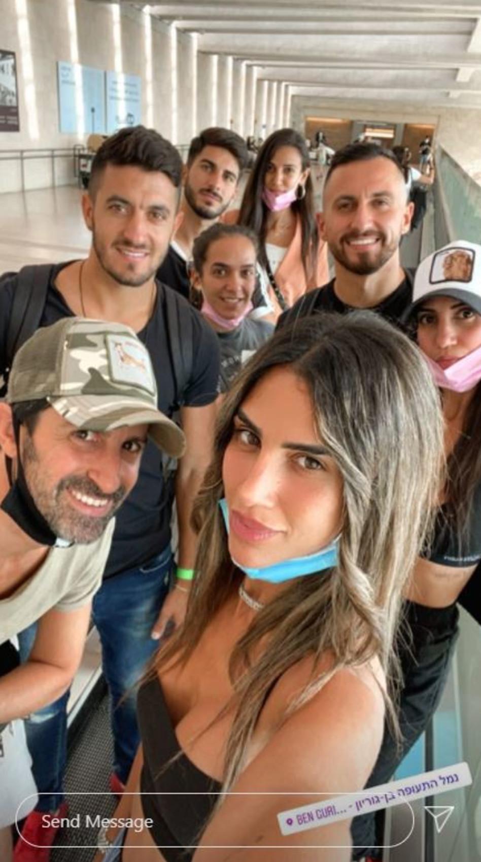 פאני בוזגלו עם בן זוגה אושרי וחברים נוספים (צילום: צילום מסך אינסטגרם)