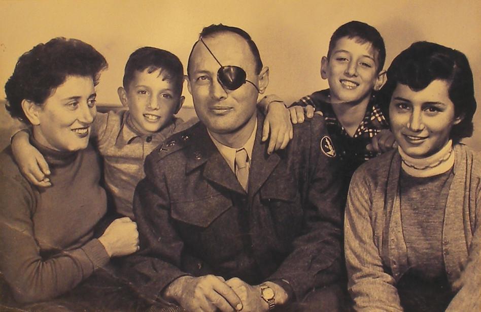 רות דיין ומשפחתה (צילום: באדיבות רות דיין)