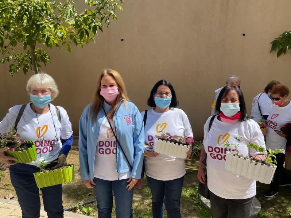 שרי אריסון והמתנדבות (צילום: באדיבות יום החיים הטובים)