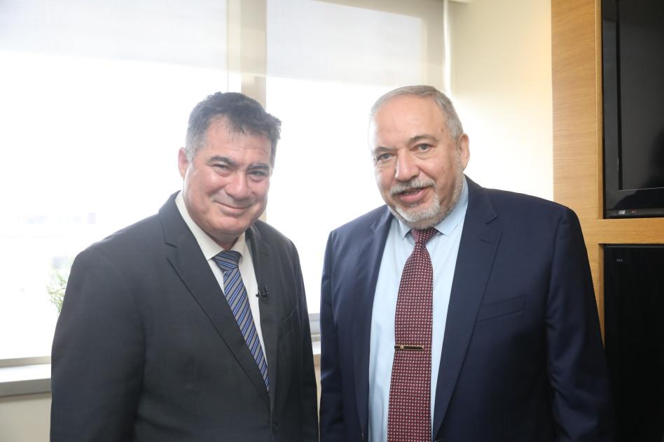אביגדור ליברמן וראול סרוגו (צילום: מרק ישראל סלם, ג'רוזלם פוסט)
