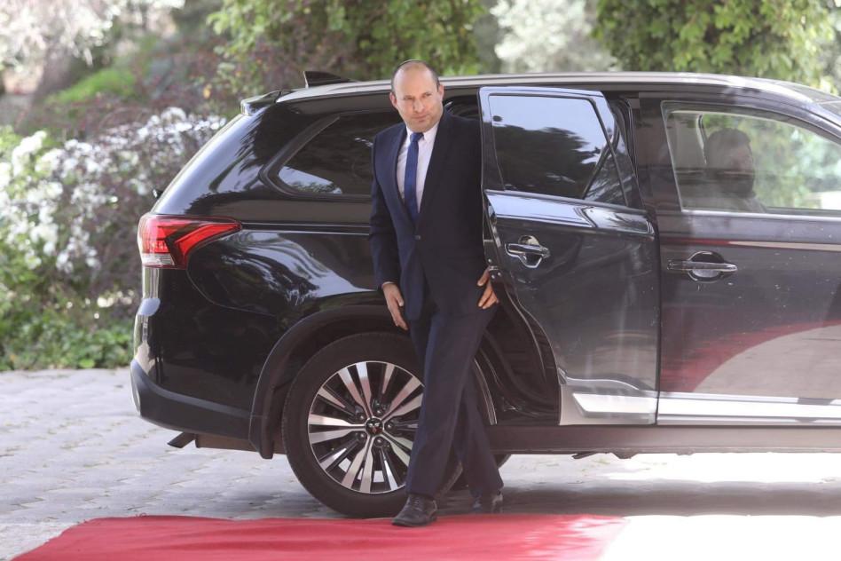 נפתלי בנט בדרכו לפגישה עם נשיא המדינה בעניין הטלת המנדט (צילום: מרק ישראל סלם)