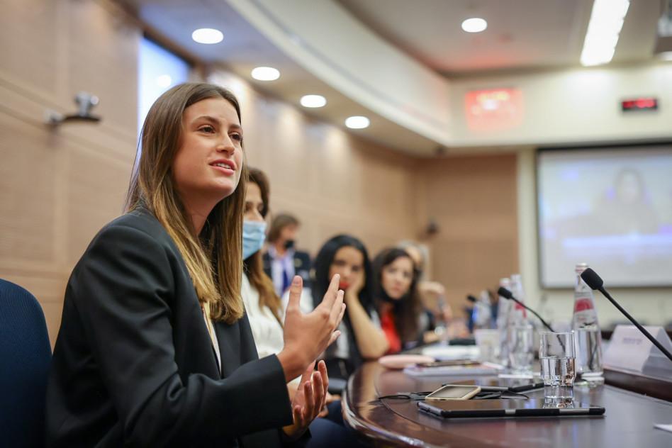 גל גברעם בדיון בכנסת בוועדה לקידום מעמד האישה (צילום: דוברות הכנסת, נועם מושקוביץ)