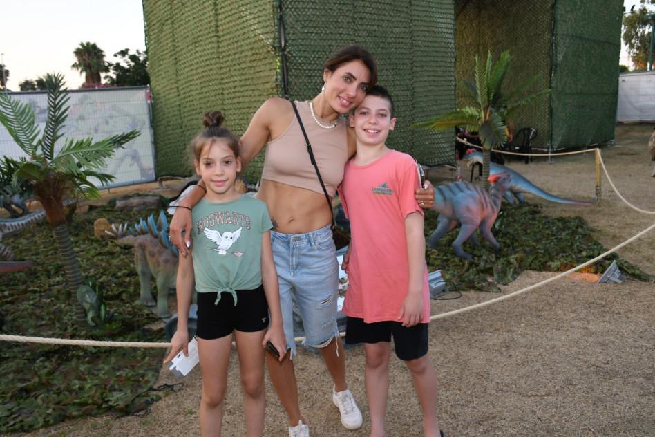 אירה דולפין והילדים (צילום: אביב חופי)