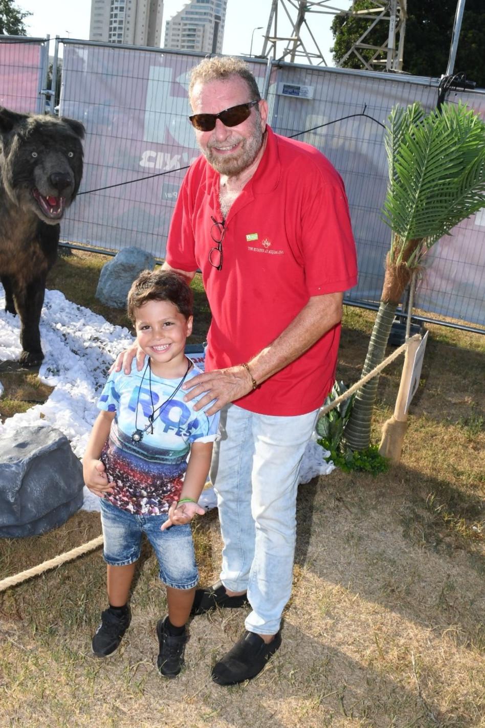 דודו פישר והנכד (צילום: אביב חופי)