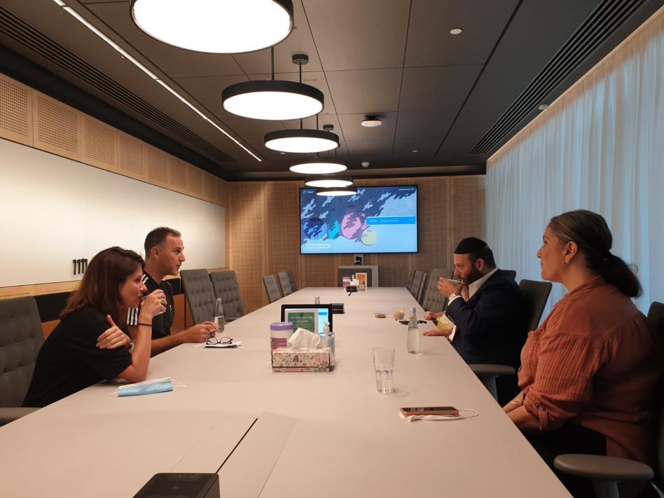 הרב יוסי ערבליך ומתנדבות ״למענכם״. משמאל: מנכ״ל גוגל ברק רגב וסמנכ״לית גוגל חנית מרינוב (צילום: יח''צ)