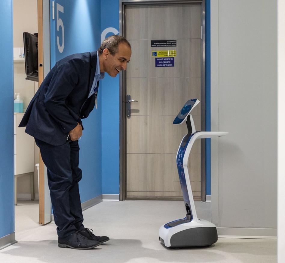 רוני גמזו והרובוט של חברת ONE (צילום: ליאור צור, איכילוב)