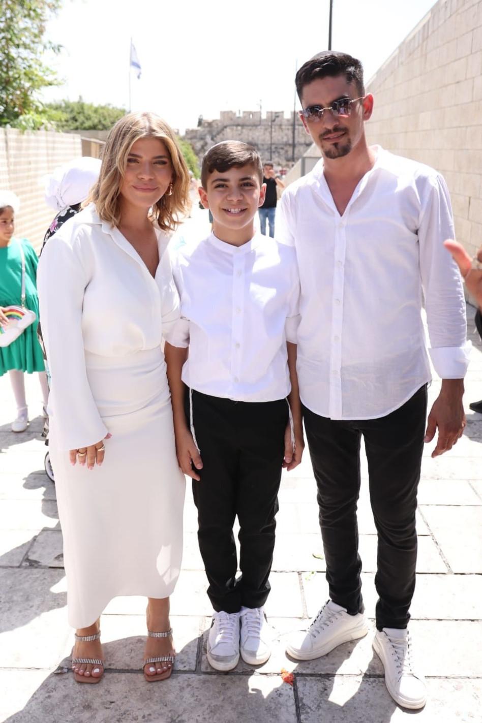 ישראל אזולאי, ג'קי אזולאי וחתן בר המצווה (צילום: אור גפן)